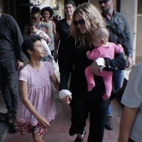 瑪丹娜於2月23日馬尼拉演唱會前拜訪兩間當地孤兒院 翻攝自瑪丹娜IG https://www.instagram.com/madonna/l