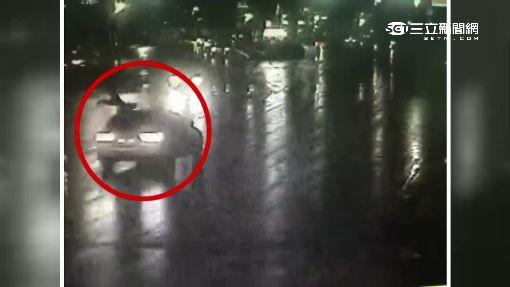婦人搶快闖紅燈 遭百萬轎車撞飛亡