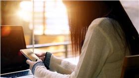 追劇,手機,筆電 (圖/shutterstock/達志影像)