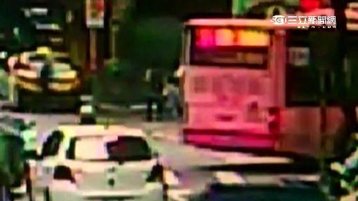 百萬車違停 公車「轉彎卡卡」乘客被迫下車