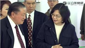 台達電創辦人鄭崇華(左)、總統蔡英文