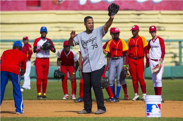 古巴出身的白襪隊 Jose Abreu去年底回到家鄉指導小球員(圖/美聯社/達志影像)