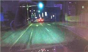 醉男駕賓士車撞翻左轉車(翻攝畫面)