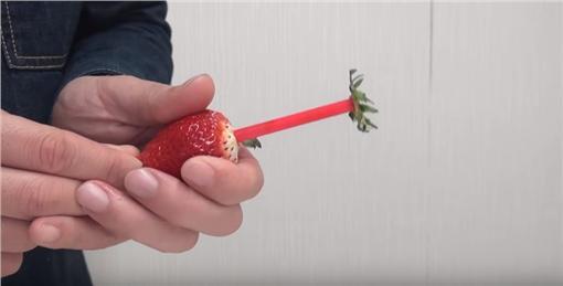 草莓,吸管,煉乳,水果,冬季,少女圖/翻攝自YouTube