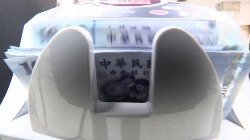 挑戰人肉點鈔機 雙手並用翻鈔速度成關鍵