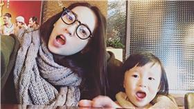 ▲翁馨儀正式成為兩個孩子的媽。(圖/翻攝自翁馨儀臉書) https://www.facebook.com/wonghsinyi/photos/pb.306549416033328.-2207520000.1457085718./1073149616039967/?type=3&theater