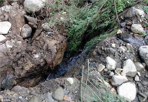 河床,河水,消失,裂縫▲圖/翻攝自Daily Mail