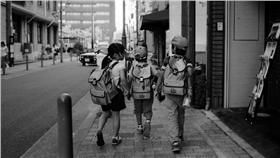▲小學生示意圖,與當事者無關。(圖/攝影者,Toomore Chiang flickr CC License) https://www.flickr.com/photos/toomore/22589082061/in/photolist-Aq7X76-5Bqdit-5BuXcm-5BqhmZ-rsoXHX-5BuL1o-5BuLfN-sqBpA6-s7Bodb-wYfuT1-yZyFbi-gnLrqa-s7Bp1o-HC97G-4azMyb-dm3b8k-3yEP7B-4PQMUu-83asGs-9VtQa8-5ruJjD-s4vztB-d37z1q-s6gu59-s6fi2h-9Q4us2-mzE5yD-mzFmWs-7MRmr2-sqD45g-7UPHqT-s94QYE-snQJSi-rtPNuR-9xDTr1-rtCLNs-s9bgS4-sqB9Ya-sqDntk-ni4dzB-4kgeP1-mzFo8f-rtCJU7-azC8eL-rtCUT5-s7ixwr-sqtg9d-8zgKuw-rtCtUY-6p5nKo