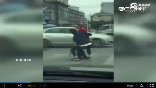 陸男「新娘抱」老人過馬路 路人讚「暖男」