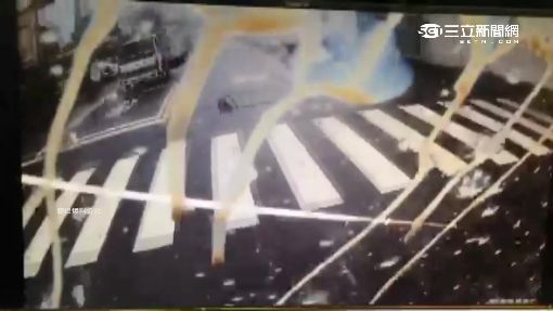 罵前車違規左轉自己跟著轉 下一秒...撞貨車