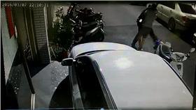 警方使出大外割壓制過程(翻攝畫面)