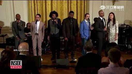 邀饒舌歌手即興唱 歐巴馬甘願拿字卡