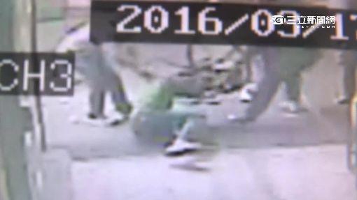 相約打球爆口角 男遭球友痛毆押上車獲釋