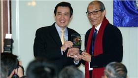 總統馬英九頒發感謝獎牌給陳長文(圖/中央社提供)