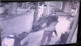 陳女遭恐怖情人強抱上車押往山上(翻攝畫面)