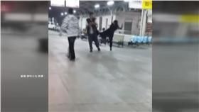 家務事不怕丟臉 潑婦月台怒譙男「畜牲、X你娘」(圖/翻攝自爆料公社)