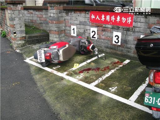 張男及友人遭6名惡煞追砍受傷(翻攝畫面)