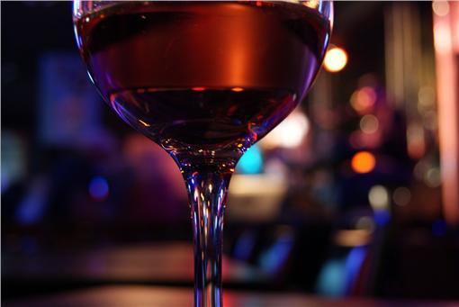 酒,玻璃杯,酒吧(圖/攝影者Denise Mattox, Flickr CC License)https://www.flickr.com/photos/denisemattox/5358717417/in/photolist-9awPZB-aBjeTt-9hWhNg-8gt8Td-cgwPtS-54RW9-buMR7W-2sma2z-8z3CSW-8ou5f1-2gvkp-dnMJx-BL6jWC-dVLwd-95NZqG-5T5RTK-qpjPLd-dFAKR3-qgH4JR-q3GoHJ-8UFVHW-aBqPMW-33pNvp-ecmM7o-e4ogE1-bqgBEi-6bcWWb-7Hjzmo-8GTs6z-9J6Ygj-6PH9nT-9V2bKU-arTPJJ-7P7tCk-9AwbHz-5FTf27-eUFg-9DJg8G-7gwT6b-7ZCeGG-9M54Fi-9J7fHQ-9J7fFj-ahueS5-5hBvae-bc1Zy6-a8oD7T-nBMapd-95Pok3-9g2jhL