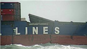 德翔台北貨櫃船斷裂。(圖/取自環境保護署)