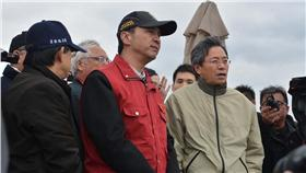 張善政(前右)視察漏油汙染海岸的狀況。 環保署長魏國彥(左起)與新北市長朱立倫陪同說明。 中央社