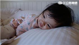 ▲爸爸媽媽及主要照顧者在注意寶寶保暖同時,要特別留意給寶寶一個安全的睡眠環境。(圖/記者李鴻典攝)