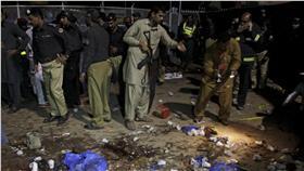 巴基斯坦恐攻,維安組織赴爆炸地點。(圖/路透社/達志影像)