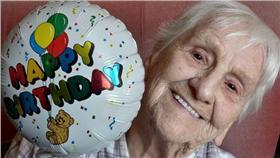 陪伴老奶奶20年的氣球/MIRROR/http://www.mirror.co.uk/news/uk-news/lonely-99-year-old-balloon-7619377