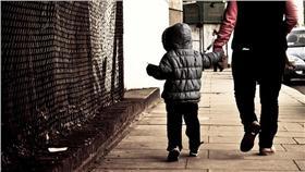 親子,牽手(圖/攝影者Hernán Piñera, Flicker CC License)