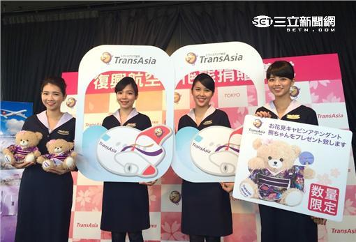 ▲搶日客商機 復興空姐帶櫻花熊登東京鐵塔。(圖/復興航空)