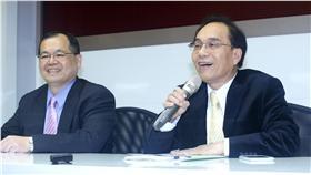 鴻海集團副總裁戴正吳出席記者會說明。中央社記者吳翊寧攝