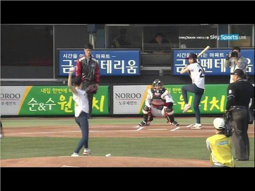 周子瑜為LG雙子對韓華老鷹開球(於蠶室球場) ▲圖/翻攝自Naver Player