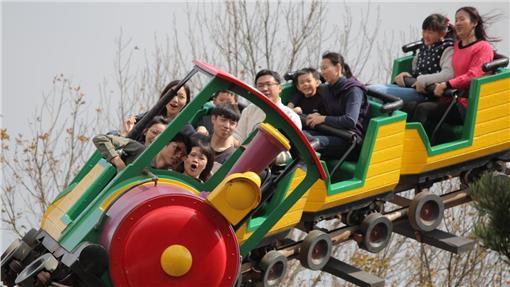 LG 清明連假首日 新竹遊樂園湧人潮(2) 2日是清明連假首日,新竹縣關西鎮的遊樂園全天湧進 約1萬人次遊客數,園方估計,連假4天可望有5萬人次 入園同樂。 (六福村遊樂園提供) 中央社記者魯鋼駿傳真 105年4月2日