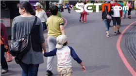 在假日多安排動態休閒活動,帶孩子到戶外活動,親子一起互動