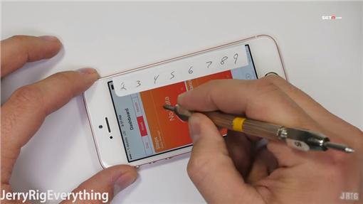 ▲iPhone SE暴力評測 火烤、刀刮、手折彎。(圖/翻攝YouTube)