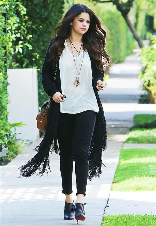 Selena Gomez翻攝自每日郵報http://www.dailymail.co.uk/tvshowbiz/article-2248060/Selena-Gomez-puts-Justin-Bieber-worries-enjoys-pampering-session.html