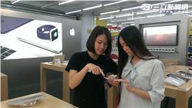 4吋蘋果手機iPhone SE今(7)日開賣,通路業者燦坤下午指出,64GB版本在開賣不到一小時就已售鑿。