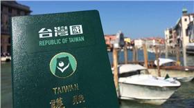 台灣國護照貼紙。(圖/台灣國護照貼紙 Taiwan Passport Sticker臉書)https://www.facebook.com/TaiwanPassportSticker/photos/a.1465809700395466.1073741829.1465796757063427/1516079285368507/?type=3&theater