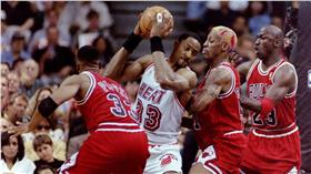 Alonzo Mourning面對Scottie Pippen,Dennis Rodman,Michael Jordan的三人包夾(圖/路透社/達志影像)