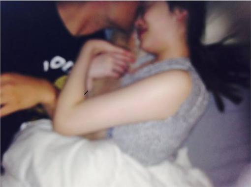 雪莉上傳和男友的床上親吻照。(圖/翻攝自雪莉IG)