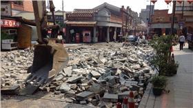三峽老街石磚與鑄鐵雕版遭拆除/甘樂文創臉書