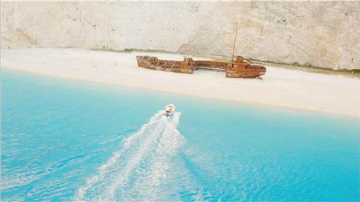TD太陽的後裔拍攝地 希臘沉船灣(2)希臘沉船灣這個名稱其實有典故,1983年,一艘走失船Panagiotis在這裡擱淺,鏽跡斑斑的船隻遺跡隨著海浪漂到這片白色沙灘上,讓這裡更添神秘氣息,沉船灣也因此得名。(取自太陽的後裔 Descendants of the Sun - ?????臉書粉絲團)中央社記者陳葦庭傳真 105年4月9日
