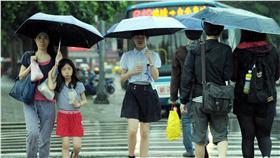 WE 台北市下大雨 中央氣象局觀測滯留鋒面更為接近,10日上午在中部以 北地區會出現短暫陣雨、甚至是雷雨,台北市近午時突 然下起大雨,行人紛紛撐傘而行。 中央社記者施宗暉攝  105年4月10日