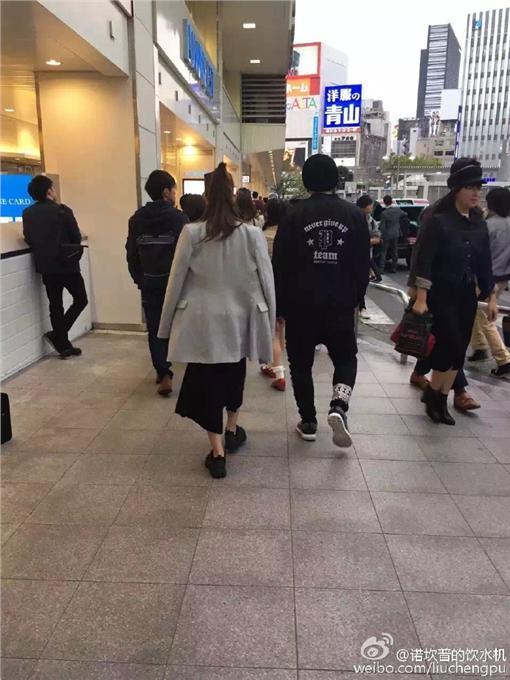 周杰倫、昆淩東京逛街/翻攝自諾坎普的飲水機微博