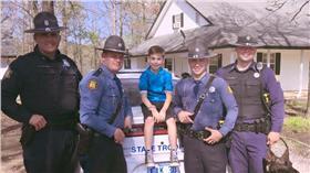 美國州警陪小男孩過生日((圖/翻攝自Arkansas State Police臉書)