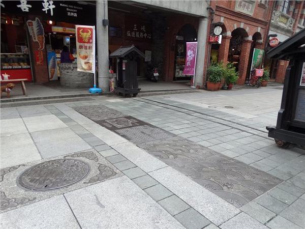 三峽老街鑄鐵雕花石板、水溝蓋(圖/翻攝自朱立倫FB)