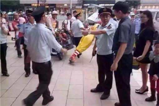 麥當勞叔叔被帶走 (圖/翻攝自央廣網)