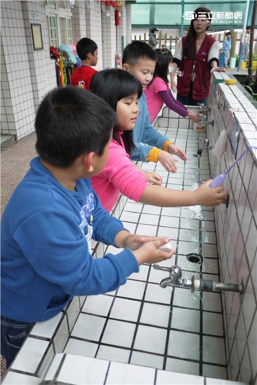 ▲新北市公衛護士入幼兒園教導幼童腸病毒洗手時機與正確步驟。(圖/新北市衛生局)