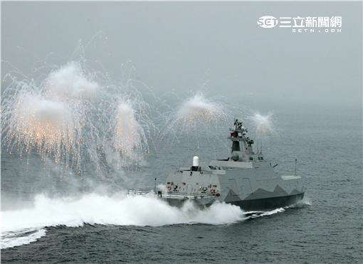 沱江艦是國內首艘匿蹤飛彈巡邏艦速度快、外形匿蹤,配有8枚雄二飛彈和8枚雄三飛彈,反艦火力超過一般300噸級的護衛艦,打擊火力強大,有助提升台灣在台海及南海海域的制海戰力,,預留停放反潛直升機的停放甲板,完整的組合而成綿密的攻擊火力網。(記者邱榮吉/攝影)