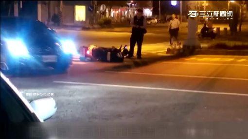 警察來了! 沒戴帽還熄火 騎士發動落跑摔車