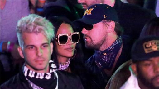 李奧納多與蕾哈娜 翻攝自US WEEKLY http://www.usmagazine.com/celebrity-news/news/rihanna-and-leonardo-dicaprio-spotted-together-at-coachella-w203072